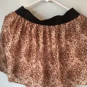 Short leopard shirt with stretchy waist band